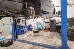 Reparatur- und Kontrollauto in der Reparaturwerkstatt Ein erfahrener Techniker repariert das fehlerhafte Teil des Autos Ich ?nder stockfoto