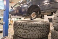 Reparatur- und Kontrollauto in der Reparaturwerkstatt Ein erfahrener Techniker repariert das fehlerhafte Teil des Autos Ich ?nder lizenzfreie stockbilder