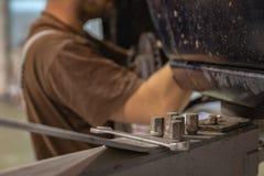 Reparatur- und Kontrollauto in der Reparaturwerkstatt Ein erfahrener Techniker repariert das fehlerhafte Teil des Autos Ich ?nder stockbild