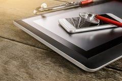 Reparatur und Servicekonzept Digital-Tablette und -Smartphone, die sind Stockfotos