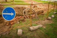 Reparatur von Abwasserkanal- und Kabelkommunikationen Ausgegrabene Erde des Baggers Stockfotos