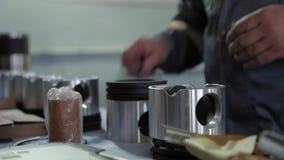 Reparatur von MaschinenKolbenring-LKWs stock footage
