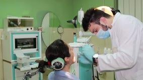 Reparatur von Zähnen in der zahnmedizinischen Klinik stock footage