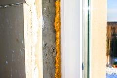 Reparatur zuhause Ein Teil eines Fensters, eine Wand mit hartem Kitt, Polyurethanschaum, konkret lizenzfreie stockbilder