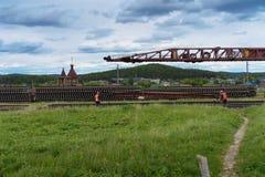 Reparaturarbeit über die Bahnstraße in der Landschaft in Russland stockfoto