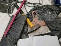 Reparaturgebäude und -hammer mit Bürste und Spachtel stockfotos