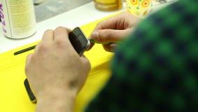 Reparaturwerkstatt f?hrt Reparatur von Smartphones durch stock video