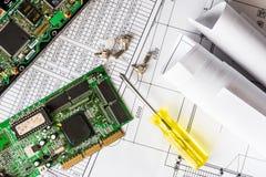 Repare el ordenador quebrado, un microprocesador con un destornillador Foto de archivo
