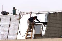 Repare el tejado de los trabajadores antes del Año Nuevo Imágenes de archivo libres de regalías