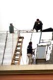Repare el tejado de los trabajadores antes del Año Nuevo Fotografía de archivo