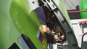 Repare la puerta del pasajero de los aviones metrajes