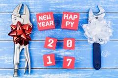 Repare las herramientas y el número de la Feliz Año Nuevo 2017 en cachorro rojo de la caja de papel Imagen de archivo