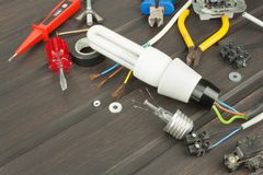 Repare luzes quebradas Ampola de poupança de energia em um fundo escuro Vendas de ampolas Anúncio na tecnologia da iluminação Imagem de Stock Royalty Free