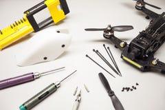 repare o zangão da manutenção, parafusos, chaves de fenda, braçadeiras da bateria Imagem de Stock