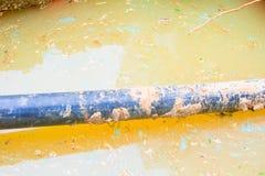 Repare sondear el tubo roto del PVC en el agujero que hace que el agua con el espacio de la copia añada el texto Fotos de archivo