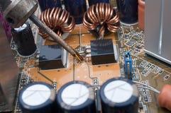 Repare uma placa superfície-montada computador Fotografia de Stock Royalty Free