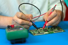 Repare a unidade das peças eletrônicas do aparelho de televisão do diodo emissor de luz do LCD no centro de serviço fotografia de stock