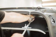 Reparera bucklor i en bil fotografering för bildbyråer
