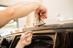 Reparera bucklor i en bil royaltyfri fotografi