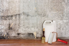 Reparera den gamla betongväggen för rum, det smutsiga bruna golvet och hjälpmedel Royaltyfri Fotografi