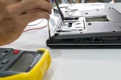 Reparera en anteckningsbok Arkivfoton