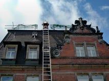 Reparera ett tak Royaltyfria Bilder