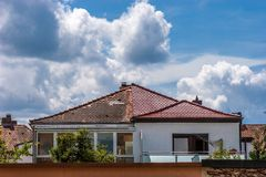 Reparera ett tak Royaltyfria Foton