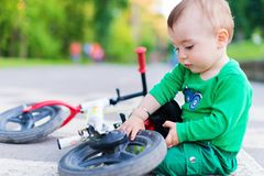 Reparera hans första cykel Royaltyfri Bild