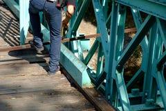 Reparera som är gammalt en wood bro Royaltyfria Bilder