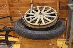 Reparera trähjulet Royaltyfria Foton