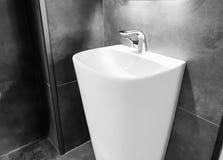 Reparera utrustning, rörmokeri, klapp, toalettartiklar och badrumvaskar i Tbilisi, Georgia Arkivbilder