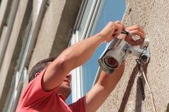 Reparieren der Überwachungskamera Stockbilder