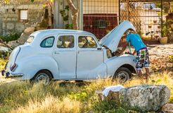 Reparieren des Autos in Kuba lizenzfreie stockfotos