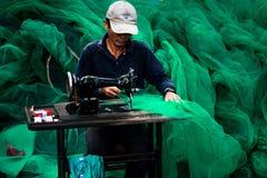 Reparieren des Fischnetzes Lizenzfreie Stockbilder