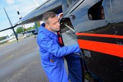 Reparieren eines Hubschrauberdefektes stockbilder