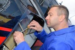 Reparieren eines Luftfahrzeugs lizenzfreie stockfotografie
