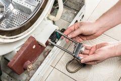 Reparieren Sie alte Wäschereiwaschmaschine Lizenzfreie Stockfotos