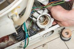 Reparieren Sie alte Wäschereiwaschmaschine Stockfotografie