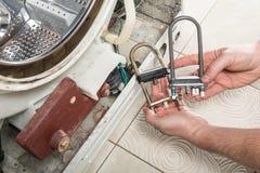 Reparieren Sie alte Wäschereiwaschmaschine Lizenzfreies Stockfoto