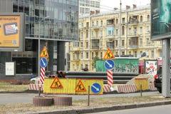 Reparieren Sie Arbeit über die Straße Stockbild