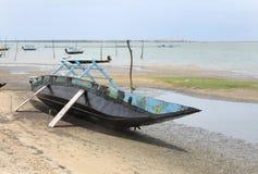 Reparieren Sie Arbeit des traditionellen hölzernen Fischerbootes Stockfotos