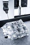 Reparieren Sie Bewegungsblock von Zylindern, Betreiberinspektions-Maß-Aluminiumautomobilgleichheit in der industriellen Fabrik Stockfoto