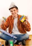 Reparieren Sie den Hauptmann, der Farbenrolle für Tapete hält Lizenzfreies Stockbild