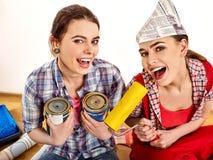 Reparieren Sie die Hauptfrauen, die Bank mit Farbe für Tapete halten Lizenzfreies Stockfoto