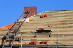 Reparieren Sie ein Dach Stockbild