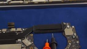 Reparieren Sie einen Laptop stock video