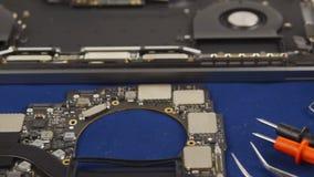 Reparieren Sie einen Laptop stock video footage