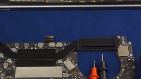 Reparieren Sie einen Laptop stock footage