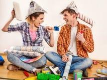 Reparieren Sie Familie durch Gebäudehaus des glücklichen Paars Streitfamilie Lizenzfreies Stockbild
