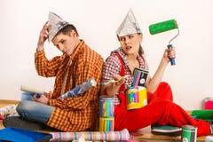 Reparieren Sie Familie durch Gebäudehaus des glücklichen Paars Streitfamilie Stockfotos